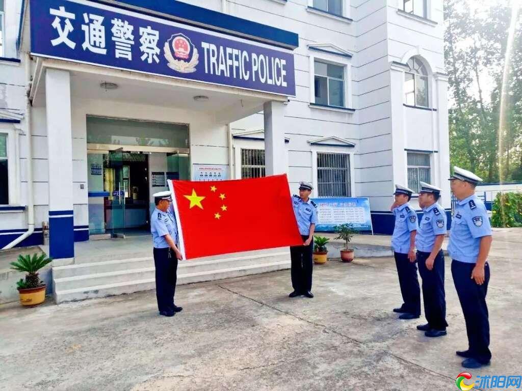 """当""""警察蓝""""遇到""""中国红"""",沭阳交警祝祖国生日快乐!"""